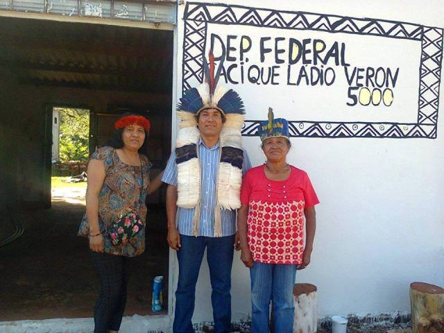 Foto da preparação do Comitê Eleitoral com esforço comunitário, a campanha do Cacique Ládio Veron não dispõe de recursos financeiros do partido. Créditos Comitê